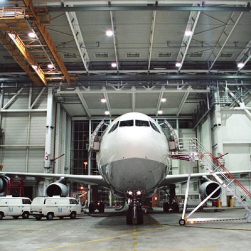 samolot w hangaru
